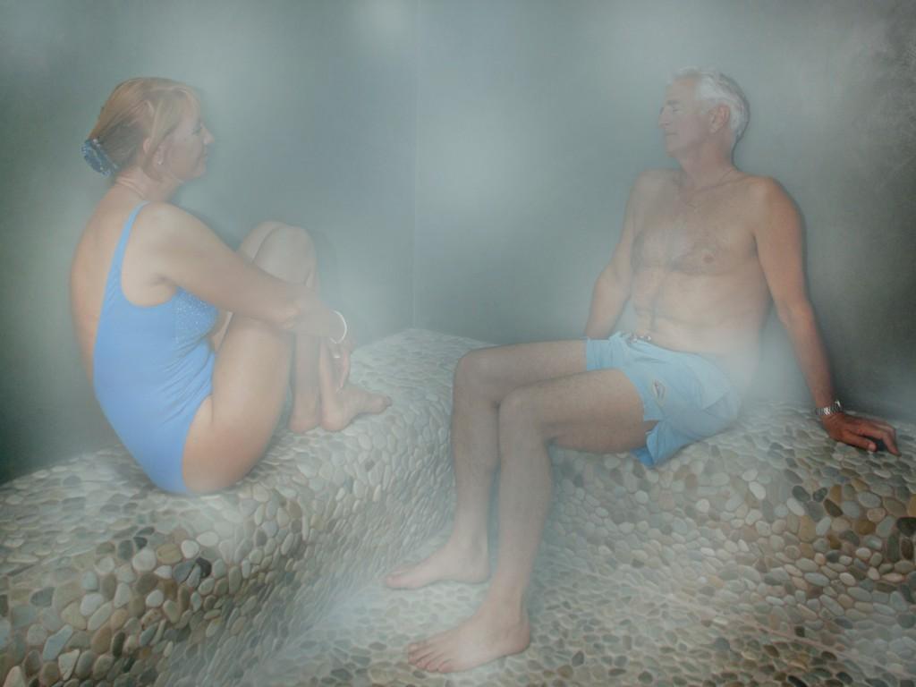 Photo de deux personne âgée dans un Hammam