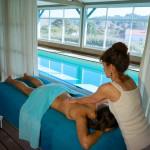 Service de la Chambre d'hôte Irigoian, une femme se fait masser par une masseuse